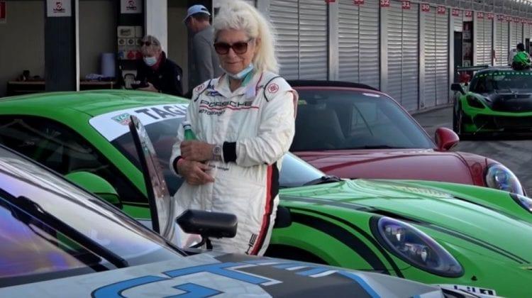 Are peste 80 de ani, curaj și un Porsche 911 GT3 RS. Femeia-șofer care a atras atenția, când a ieșit pe circuit (VIDEO)