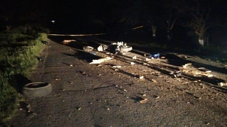 (FOTO) Noapte de groază pentru doi șoferi, soldată cu un deces. Accident între un motocultor și motocicletă