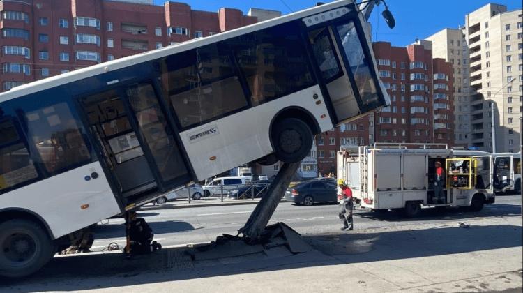(VIDEO) Momentul în care un autobuz plin cu pasageri urcă pe un stâlp și lovește un pieton în același timp