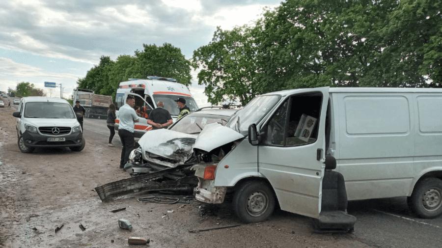 (FOTO) Accident grav la Bălți. Trei persoane au ajuns la spital din cauza unui șofer teribilist