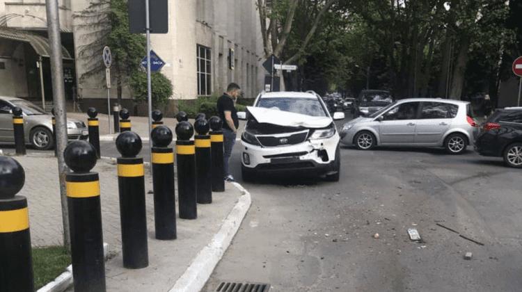 (FOTO) Accident la o intersecție din Capitală. O persoană a ajuns la spital
