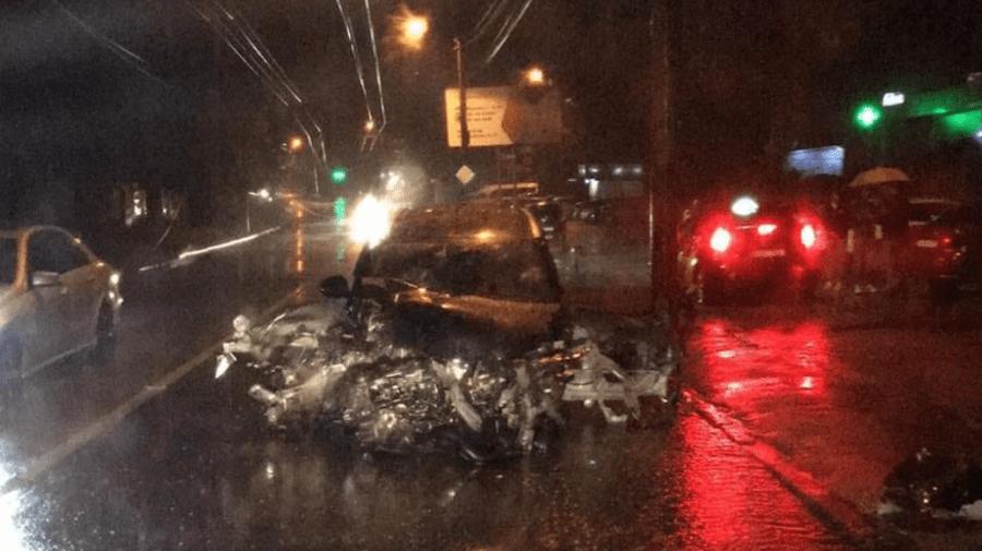 Accident nocturn în Capitală. Un automobil, făcut zob