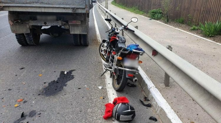 Accident stupid la Orhei. Un motociclist a intrat în plin într-un camion care staționa