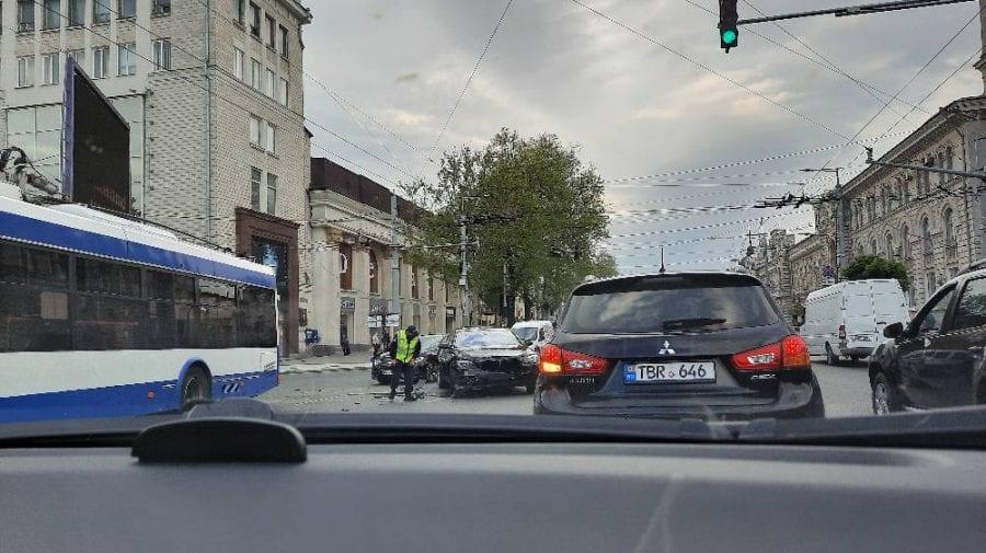 (VIDEO, FOTO) Centrul Capitalei a fost paralizat de dimineață. De vină – un accident rutier