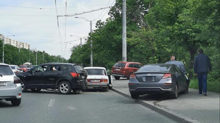 (FOTO) Accident pe strada Alecu Russo din Capitală. O șoferiță de 19 ani a ajuns la spital