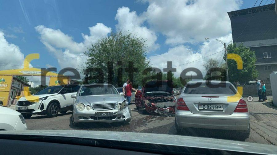 """Trafic teribil pe strada Vadul lui Vodă. Două mașini s-au întâlnit """"puternic"""" acolo (FOTO)"""
