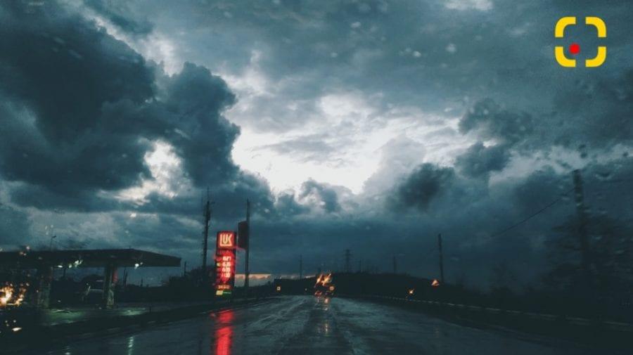 Peisaj apocaliptic de Paște! S-a întunecat brusc în unele zone din țară și a pornit o ploaie furtunoasă (VIDEO)