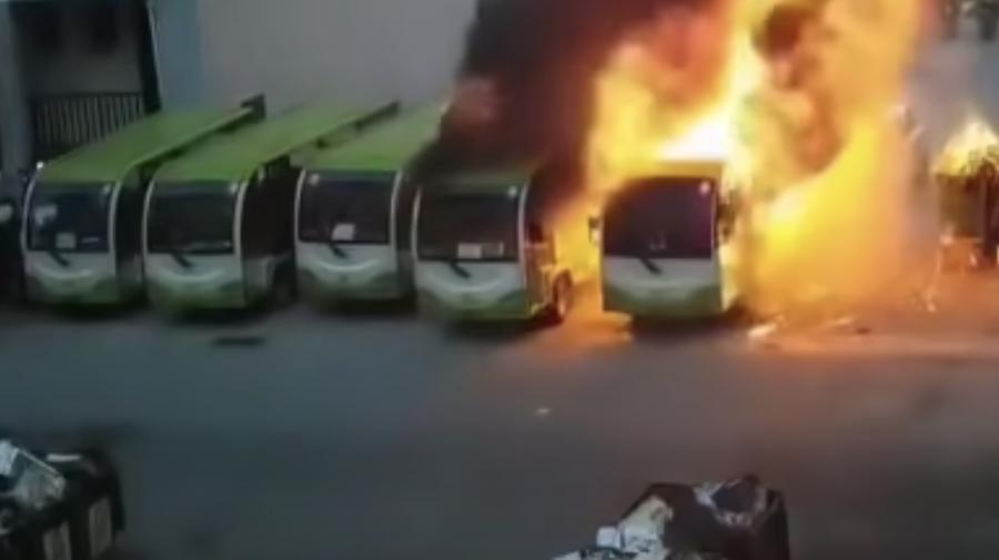 (VIDEO) Momentul când un autobuz electric explodează într-o parcare și se extinde în câteva secunde