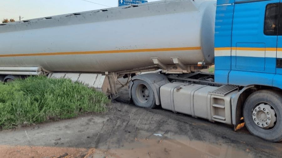 (FOTO, VIDEO) O autocisternă cu combustibil a alunecat la Comrat. Salvatorii au intervenit prompt