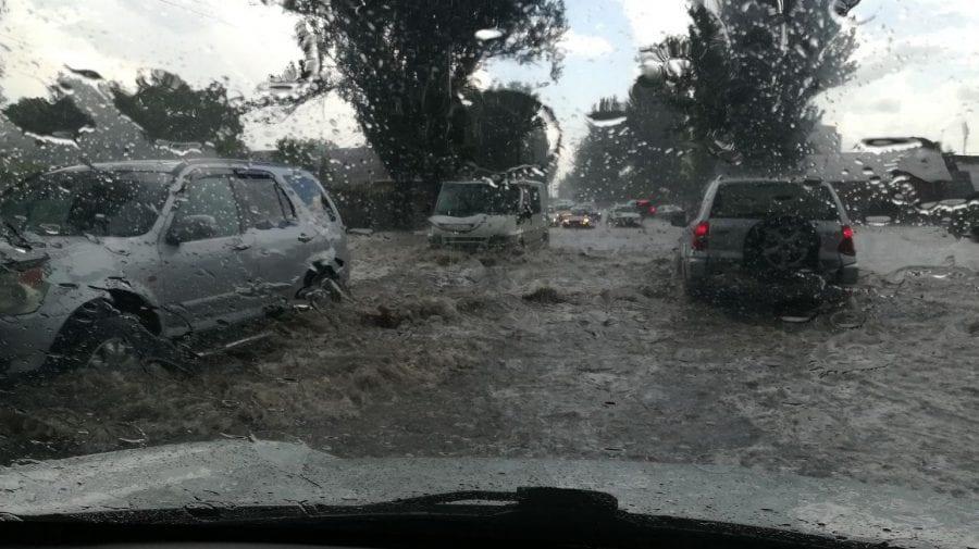 """(VIDEO) Bălțiul """"înecat"""" după o scurtă ploaie! Mașinile au plutit pe arterele principale"""