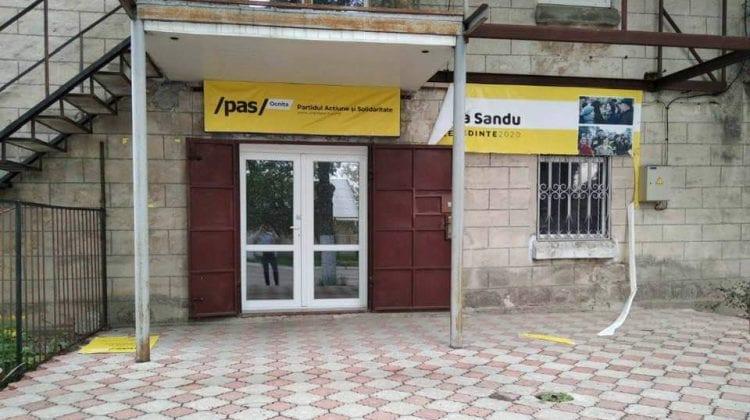 (FOTO) Răufăcători la Ocnița! Câteva bannere de la sediul PAS, vandalizate