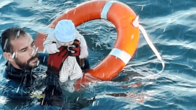Povestea impresionantă a bebelușului salvat din apele reci ale Mediteranei: Nu știam dacă trăiește sau a murit