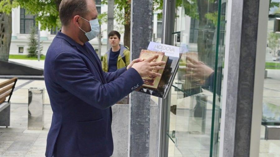 """Primăria Chișinău, """"în alertă""""! Cărțile donate de edilul Capitalei unei biblioteci în aer liber, dispărute fără urmă"""