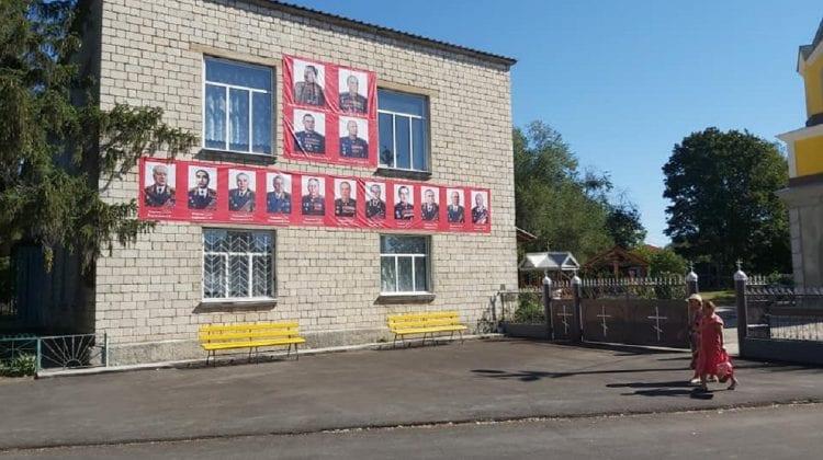 (VIDEO) Locuitorii din Brătușeni, Edineț, nu-și uită călăii. Și în acest an, au adus omagii mareșalilor sovietici