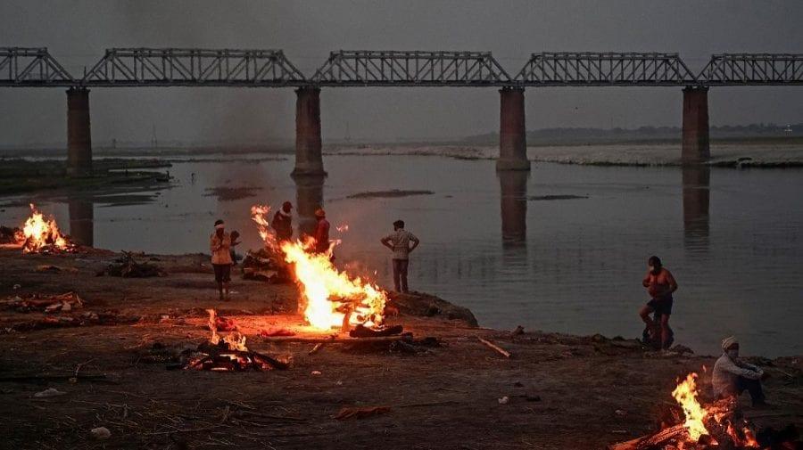 Descoperire macabră în India. Peste 40 de cadavre depistate pe malul unui râu