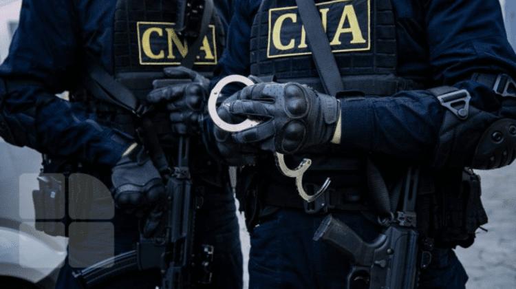 """Doi bărbați, reținuți de CNA. Au vrut să """"scape"""" un individ de pușcărie, dar s-au ales cu dosar penal"""
