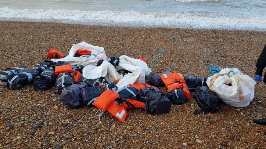 """(FOTO) Cine-i """"păgubașul""""? Pe o plajă din Marea Britanie a fost găsită o tonă de cocaină"""