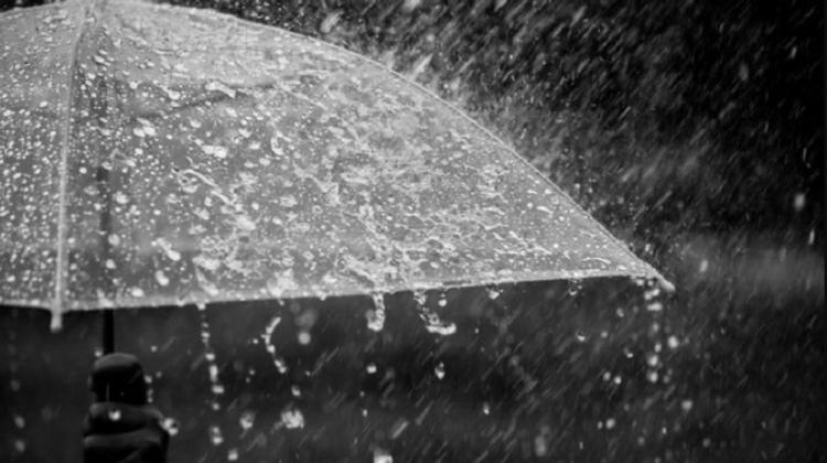 În loc de soare și timp frumos, vara începe cu ploi puternice. Meteorologii au emis un nou Cod Galben
