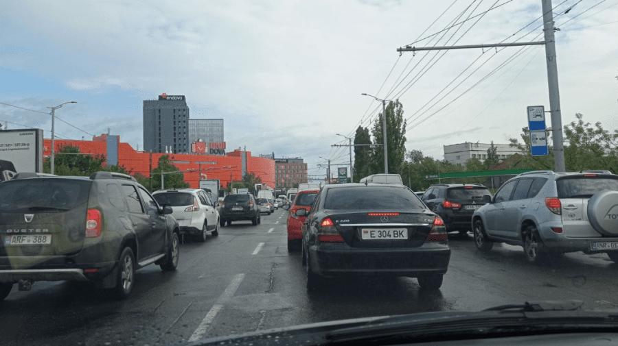(FOTO) Timpul s-a oprit în loc în Capitală! Circulația pe bulevardul Dacia, paralizată