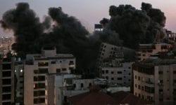 (VIDEO, FOTO) Momentul în care un bloc de 13 etaje este bombardat și se prăbușește
