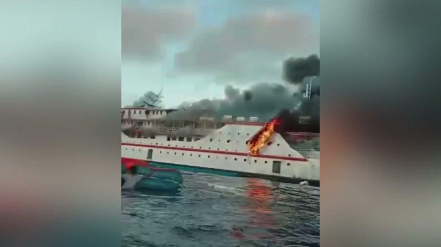 (VIDEO) Navă cuprinsă de flăcări în Indonezia. 200 de pasageri şi membrii echipajului s-au salvat sărind în apă
