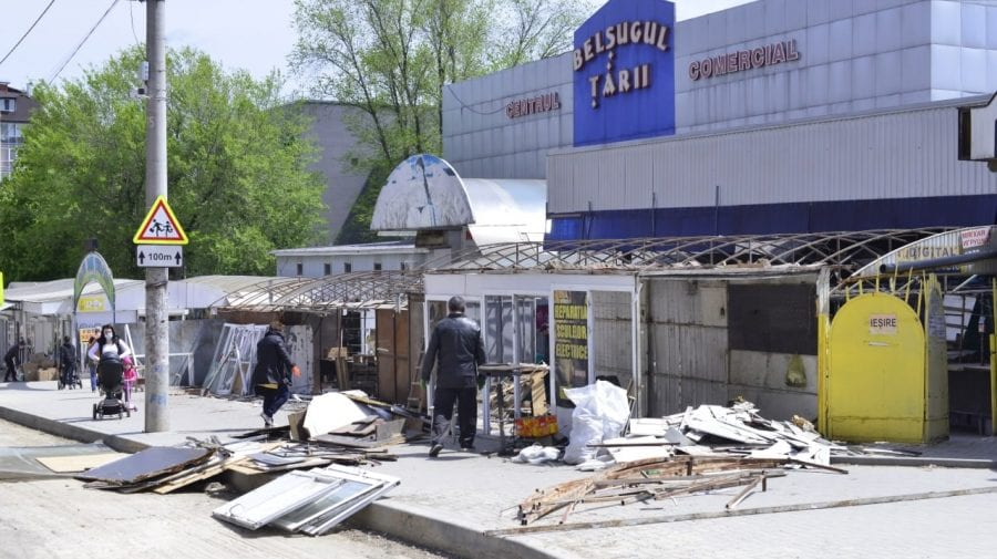 (FOTO) Fără gherete pe strada Ion Creangă din Capitală. Pavilioanele sunt în proces de demolare