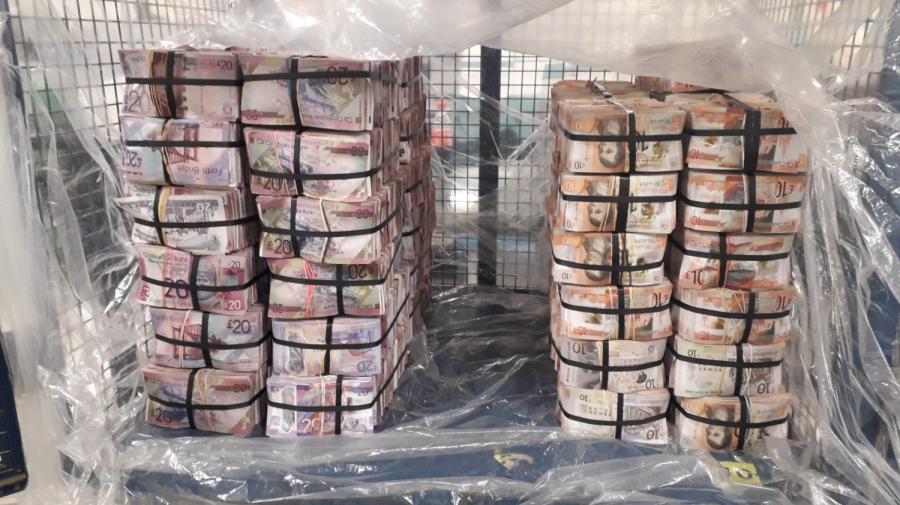 (FOTO) 5 milioane de lire sterline confiscate! Polițiștii au văzut un bărbat clătinându-se sub greutatea genților