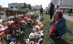 Vladimir Putin solicită să fie recompensați profesorii unei școli din Rusia, unde au murit nouă persoane