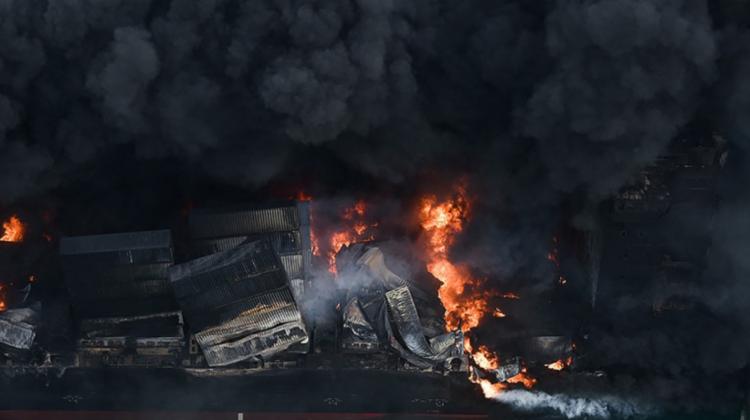 (GALERIE FOTO) O navă care arde de opt zile a acoperit cu petrol și peleți de plastic plajele din Sri Lanka