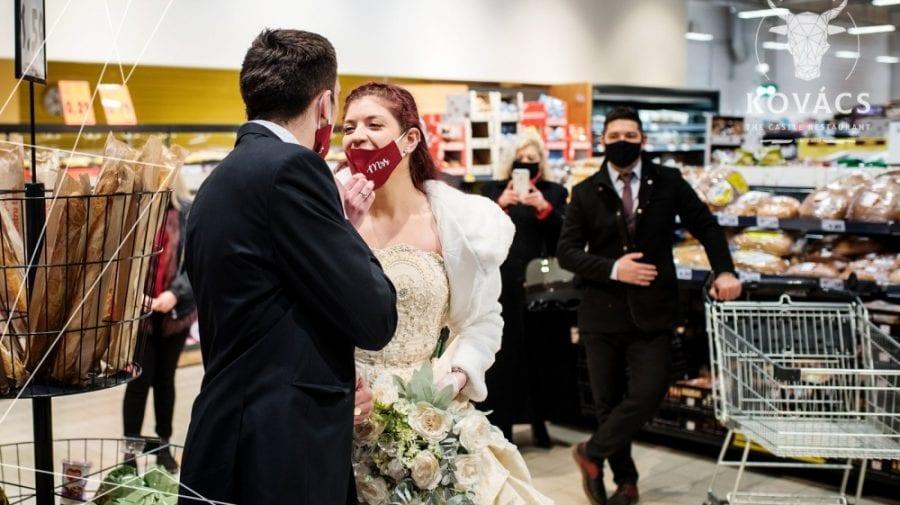 """(VIDEO) """"Căsătoreşte-te într-un supermarket"""". Protest inedit al lucrătorilor din HoReCa în România"""