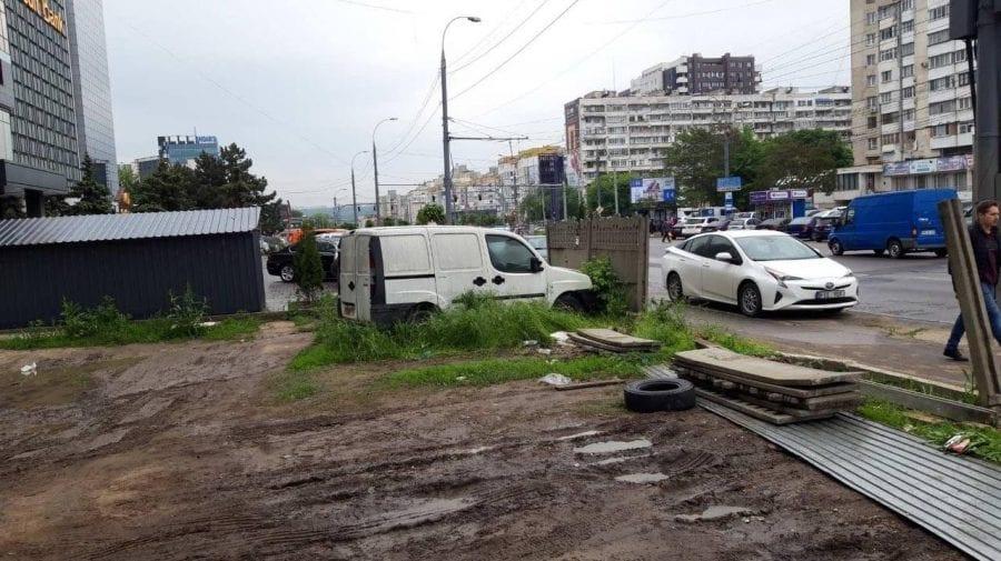 """(FOTO) Parcarea unor """"gospodari"""" evacuată din centrul Capitalei. Ceban vrea să amenajeze o parcare publică"""
