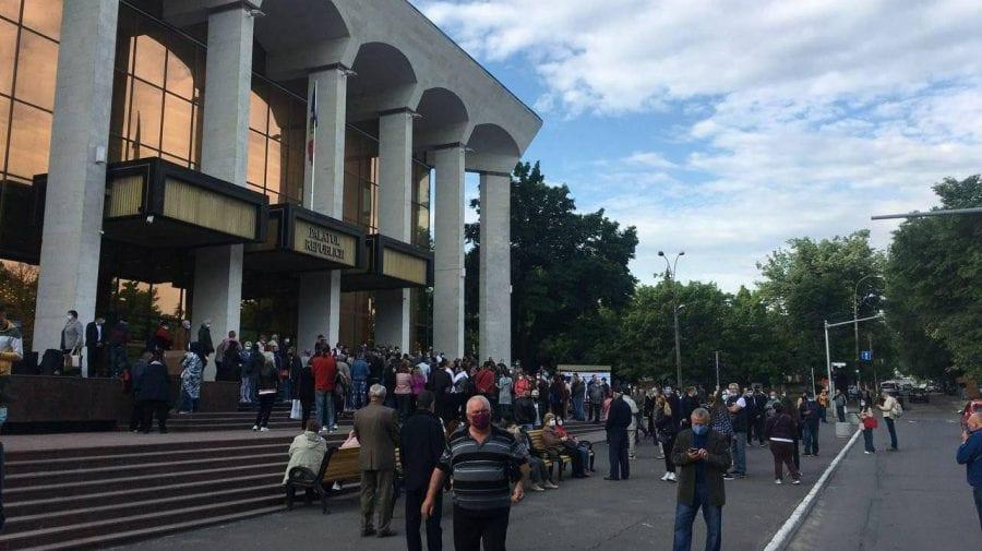 (FOTO) Maratonul de vaccinare de la Palatul Republicii încă nu a început, dar oamenii au format deja cozi