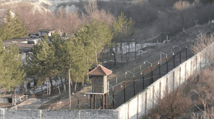 (FOTO) Evadare din Penitenciarul nr.10 ca-n filme. Trei deținuți au fugit și sunt căutați de autorități
