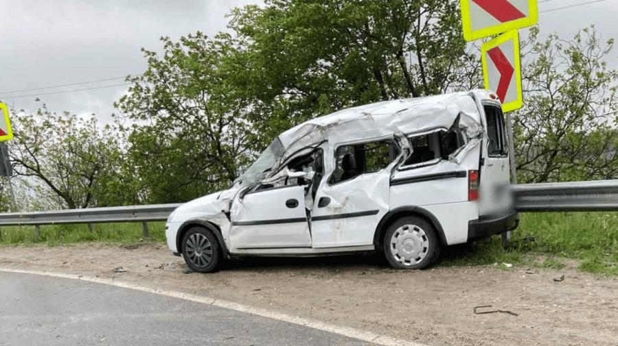 (FOTO) Accident la Peresecina. Două persoane au fost transportate la spital