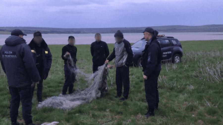 """După ce au primit """"ajutor"""" din partea polițiștilor de frontieră, au fost amendați pentru pescuit ilegal"""