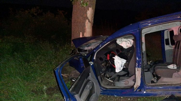 (FOTO) Doi bărbați au decedat într-o mașină făcută zob, după ce șoferul nu avea permis și era beat