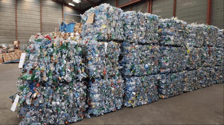 (FOTO) Un studiu relevă faptul că doar 20 de companii produc 55% din deșeurile de plastic de unică folosință din lume