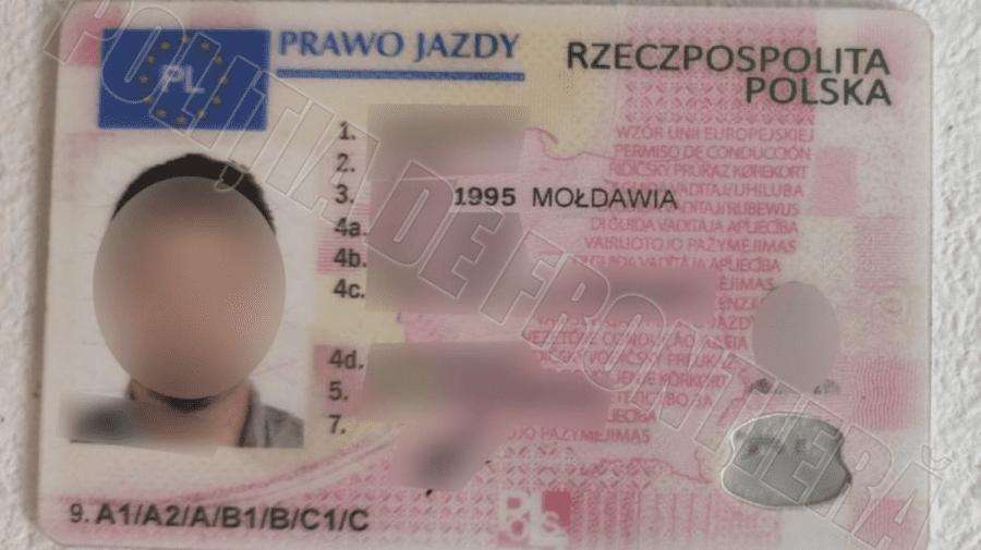 Tras pe sfoară cu un permis de conducere fals. Bărbatul a rămas fără o mie de euro, dar riscă și pedeapsă penală
