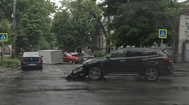 (FOTO) Impact violent în Capitală! Două mașini s-au ciocnit frontal, iar o remorcă a ajuns cu roțile în sus