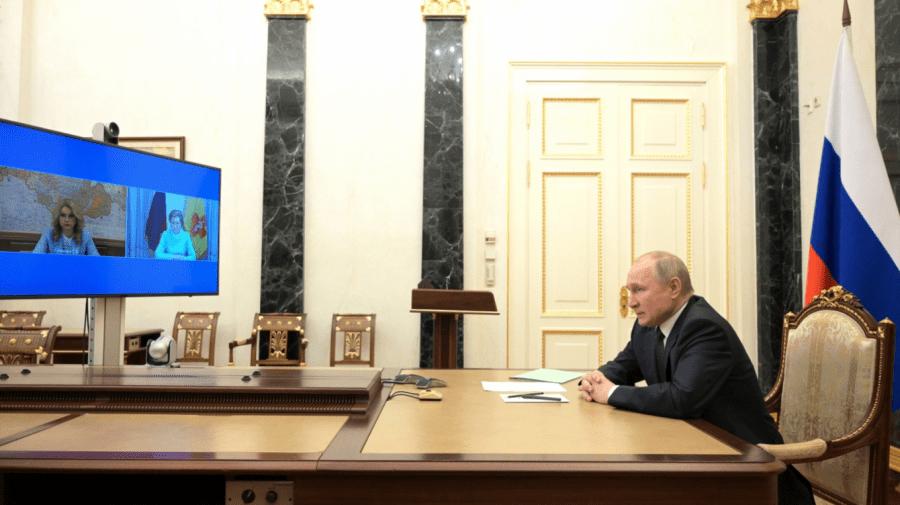 Chiar dacă s-a vaccinat cu un ser rusesc, Putin nu vrea să renunțe la autoizolare și la carantinarea vizitatorilor săi