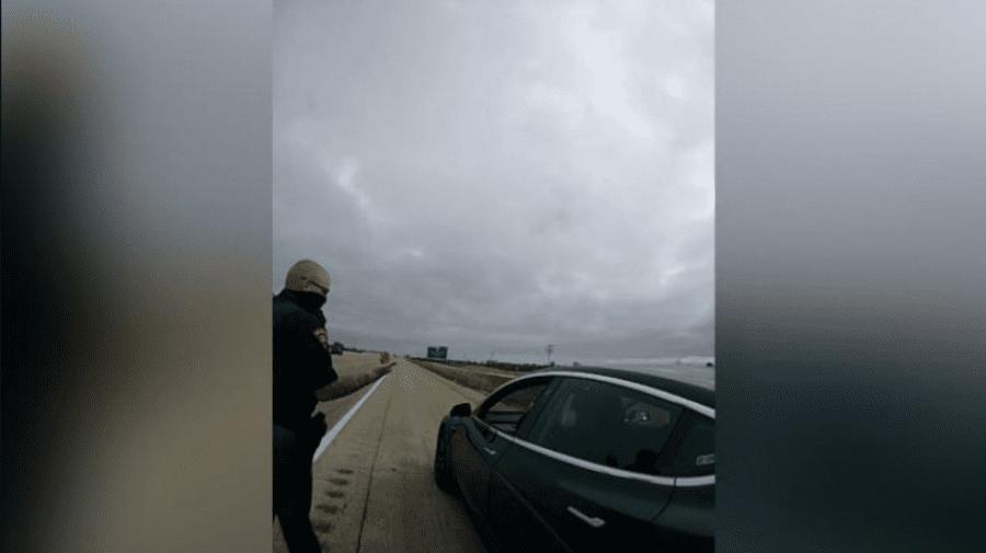 Pe pilot automat, dormea în trafic la volanul unui autoturism Tesla. Ce scuze a adus în fața polițiștilor
