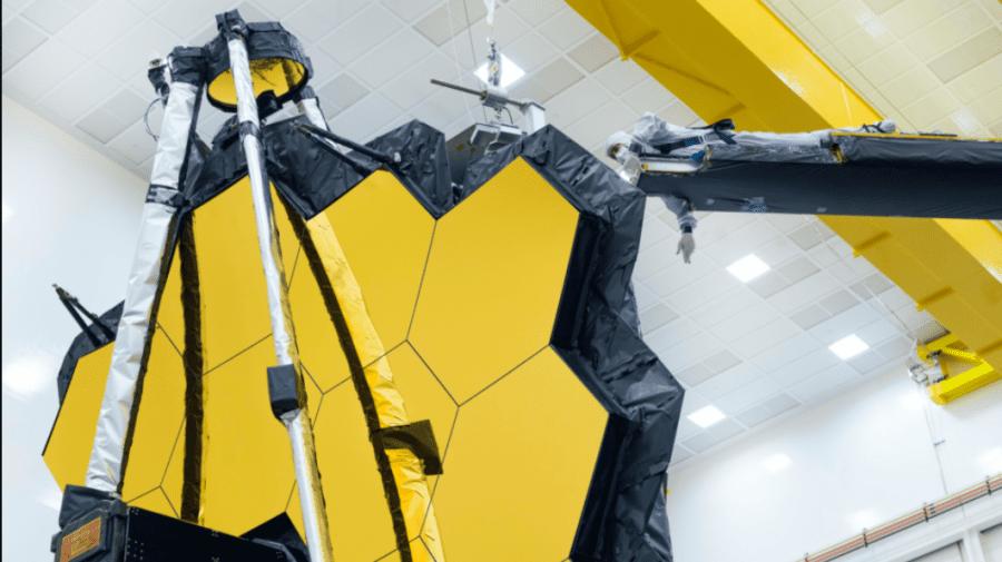 (VIDEO) Aripile de oglindă de aur ale telescopului spațial NASA se deschid pentru ultima oară pe Pământ