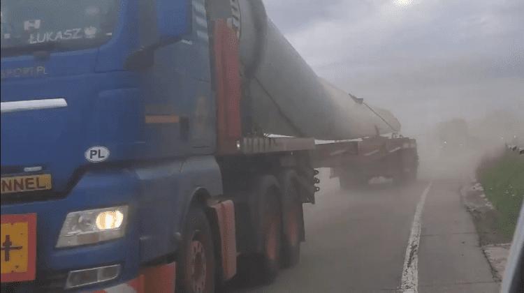 (VIDEO) Convoi format din 12 camioane surprins la Fălești. Internaut: Transportă turbini eoliene