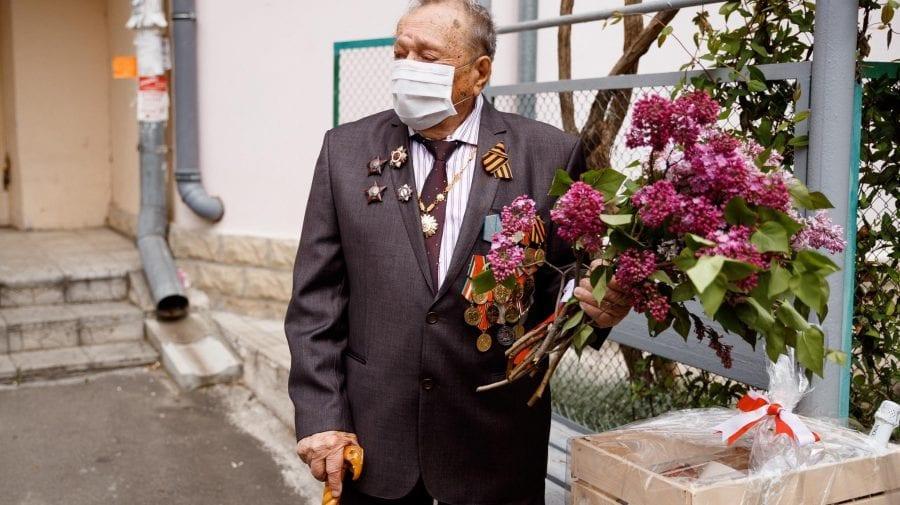 """Partidul """"ȘOR"""" a felicitat personal fiecare veteran cu flori, cadouri și fanfară"""