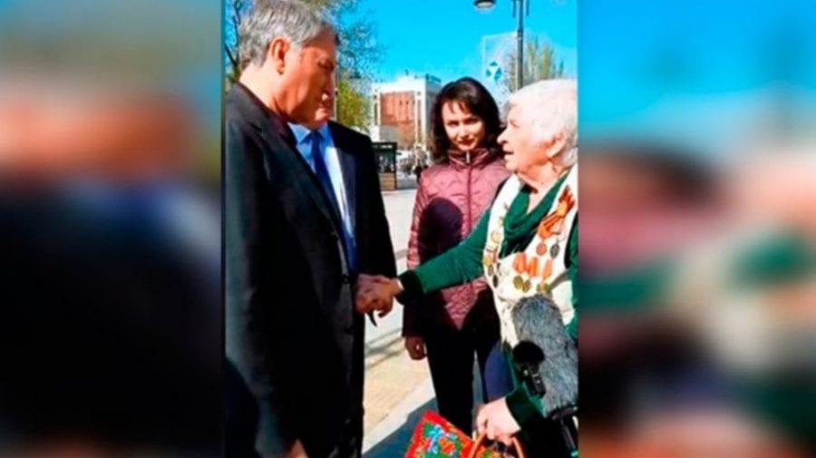 VIDEO viral în Rusia! Președintele Dumei, prins pe stradă și mustrat de o pensionară