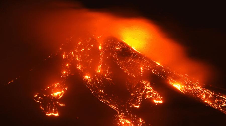 (VIDEO) Vulcanul Etna a erupt şi a ejectat o coloană de fum şi cenuşă la patru mii de metri deasupra Siciliei