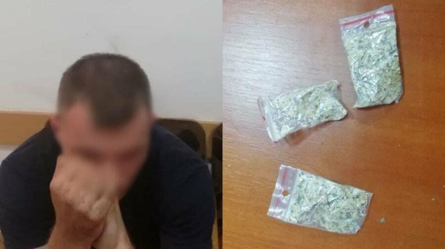 (FOTO) Pachețele cu droguri, depistate asupra a doi bărbați din Capitală. Comportamentul suspect i-a dat de gol