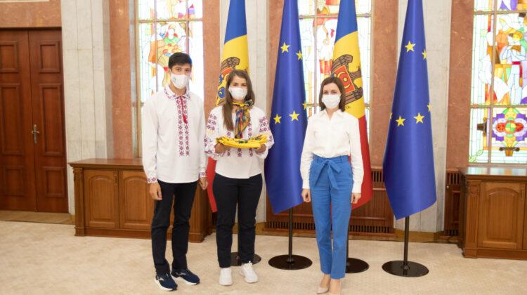Din mâna Maiei Sandu. Sportivii care vor reprezenta Moldova la Jocurile Olimpice de la Tokyo au primit drapelul de stat