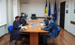 """Ambasadorul SUA """"a dat o fugă"""" până la CEC. Numărul secțiilor de votare din diasporă, printre subiectele discutate"""