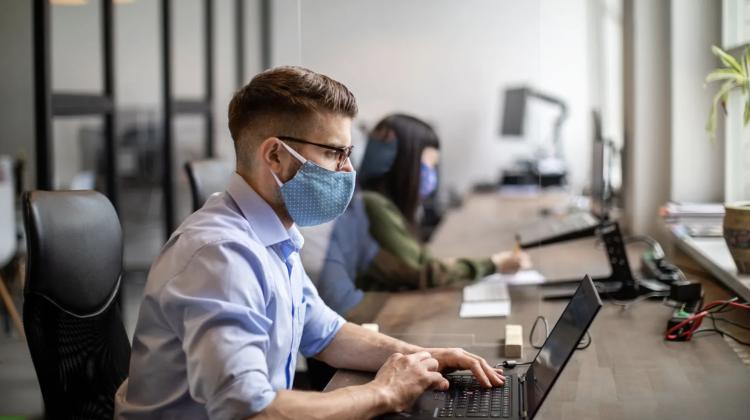 De ce prezența la birou nu ne face mai productivi și cum pandemia ne-a obligat să muncim mai multe ore fiind acasă
